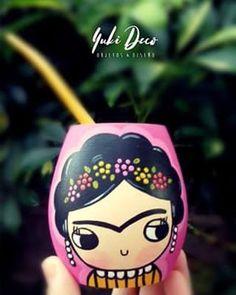 😍😍 Ama a quien te mire como si fueras magia 😍😍 💖💣 💣 NUEVO MATE FRIDA KAHLO!!! 💣 💣 💖 Buen lunes!!!!!😊😊😊 #buendia #lunes #objetosydiseño #deco #decoracion #home #mate #mates #fridakahlo #matespintados #mateargentino #hechoamano #pintadoamano #hechoconamor #detalles #inspiration #design #love #yukideco Painted Flower Pots, Painted Pots, Hand Painted, Diy And Crafts, Crafts For Kids, Arts And Crafts, Flower Pot Crafts, Bird Houses Painted, Pottery Painting