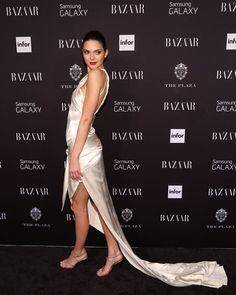 Pin for Later: Kendall Jenner herrscht über Paris... und den Rest der Fashion Weeks Sie hat den Glamour-Faktor In einem Abendkleid von Octavio Carlin begeisterte uns Kendall bei der Harper's Bazaar Icons Party während der New York Fashion Week.