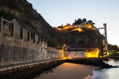Elevador panorâmico Boca do Vento a beira do Rio Tejo em Cacilhas, Almada - Portugal