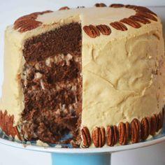Bakeaholic Mama Pastel alemán de chocolate con relleno de nuez con coco y cubierto con betún de caramelo. Utilizamos chocolate con un 48% de cacao.