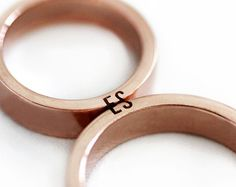 Matching initial couple rings Rose gold, Unique Mens Wedding band set with customized and personalize letters, Rose gold ring wide - Schmuck - trauringe Wedding Rings Sets Gold, Matching Wedding Rings, Titanium Wedding Rings, Wedding Rings Vintage, Wedding Matches, Wedding Bands, Matching Couples, Wedding Rings For Women, Bridal Rings