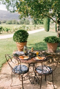 Beautiful spot for a meal outside. Love the potted topiary. Source: Gal Meets Glam Saturday Market in Apt, Provence, France Outdoor Rooms, Outdoor Dining, Outdoor Gardens, Outdoor Furniture Sets, Outdoor Decor, Al Fresco Dining, Outdoor Entertaining, My Dream Home, Countryside