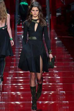 Прошлое и настоящее. Традиционный меандровый орнамент – и интернет-атрибутика. Новая коллекция Versace осень-зима 2015-2016, которую Донателла Версаче назвала #Greek, зовет нас в мир цифровых технологий и заставляет оглянуться