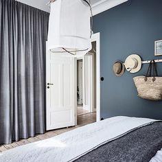 In deze mooie slaapkamer zijn gordijnen opgehangen vóór de open kledingkast. Zie link in bio. #slaapkamer #bedroom #sovrum #schlafzimmer #kledingkast #wardrobe #curtains #gordijnen #inloopkast #scandinavian #scandinavischwonen #scandinaviandesign #nordic #interieur #interior #inredning #bolig #slowliving #hygge
