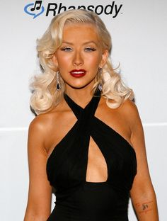 Christina Aguilera Photos Photos - Singer Christina Aguilera arrives at the Clive Davis pre-Grammy party held at the Beverly Hilton on February 2007 in Beverly Hills, California. Christina Agilera, Beautiful Christina, Britney Spears Music Videos, Blond, Retro Hairstyles, Long Hairstyles, Long Curls, Famous Women, Fashion Beauty