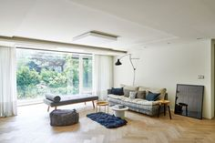 [BY 까사리빙] 탁 트인 초록의 정원을 품은 문정동의 아파트. 1층 집의 장점을 살려 정원을 꾸미고, ... Wooden Art, Fabric Sofa, Shag Rug, Interior Architecture, Living Room Designs, Kids Rugs, Curtains, Contemporary, House