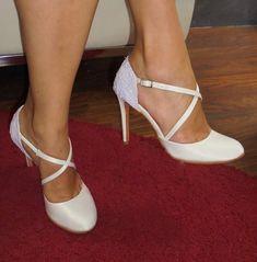 Νυφικά παπούτσια με δαντέλα στο πίσω μέρος και χιαστί δέσιμο Bridal Lace, Stiletto Heels, Pumps, Shoes, Fashion, Choux Pastry, Moda, Zapatos, Shoes Outlet