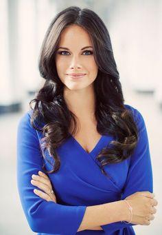 Fashion-Looks : In einem strahlenden, royalblauen Pullover übt Sofia Hellqvist schon für ihre baldige Rolle als Prinzessin.