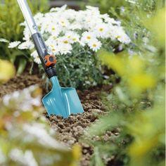 Květinová lopatka z řady GARDENA combisystem má pracovní šířku 8,5 cm a je optimální pro vysazování a přesazování v záhonech, truhlících na květiny nebo velkých květináčích. Speciálně tvarovaná rukojeť.