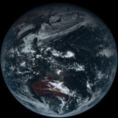 平成26年12月18日午前11時40分(日本時間)ひまわり8号によって撮影された画像http://www.jma-net.go.jp/sat/data/web89/himawari8_first_image.html trc_l.jpg (5500×5500)