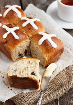 Delicious small-batch dried blueberry and lemon hot cross buns, using dried blueberries and a touch of lemon zest for flavour. Single Serve Desserts, Just Desserts, Dessert Recipes, Hp Sauce, Small Batch Baking, Simply Yummy, British Dishes, Breakfast Specials, Dried Blueberries