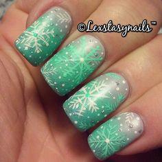 Very cute Christmassy nails Holiday Nail Art, Christmas Nail Art, Xmas Nails, Diy Nails, The Art Of Nails, Finger Nail Art, Nails Only, Sparkly Nails, Nail Polish Colors