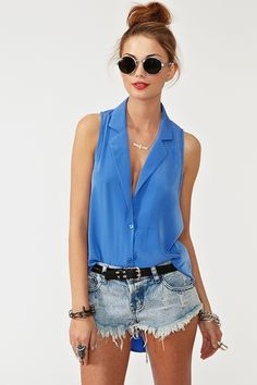Outfit for this summer: Hair into a high bun, sunglasses, a sleeveless blouse and shorts. Accessories are optional