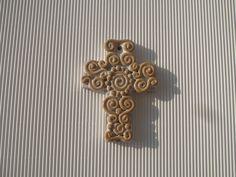 Croce in terracotta smaltata sul fondo, realizzata a mano con decori a colombino. Bomboniera 2013