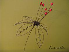 Květ Květina je vyrobena z černého železného drátu, dozdobena červenými korálky. Výška květu cca 13 cm, průměr cca 25cm, délka stonku cca 48 cm- podle potřeby se může zkrátit.  ♥Ke každé objednávce posílám malý milý železný dáreček♥ Jak pečovat o výrobek: Drátek je ošetřen proti korozi, ale časem může začít chytat rezavou patinu. Nevystavujte ...