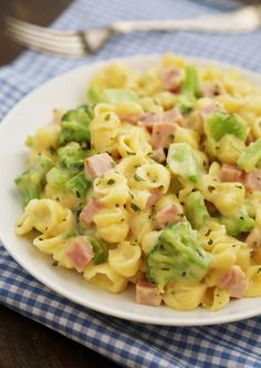 Creamy Ham and Broccoli Shells and Cheese - Cheesy, delicious and easy to make… Ham Pasta, Pasta Dishes, Food Dishes, Main Dishes, Pasta Cheese, Broccoli Pasta, Broccoli Cheddar, Rice Dishes, Pasta Salad