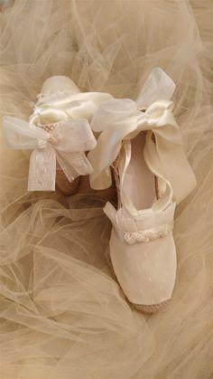 ALPARGATAS NOVIA. LACESTITA DE GEMA -  En esta página os presento mís alpargatas de novia, comunión, arras y fiesta. Espero que os gusten. Estan creadas con todo  elcariño y cuidado que requiere un día tan especial. Todas tienen el encanto y la personalidad de quien las luce y espero que cada u... Ballet Shoes, Dance Shoes, Slippers, Communion, Shabby Chic, Sewing, Fashion, Vestidos, Communion Shoes