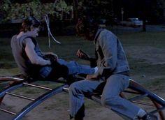 Ponyboy en Johnny waren 's nachts naar het park gegaan omdat het hen allemaal even te veel werd. maar op een gegeven moment reed er een blauwe Mustang vol kakkers langs , en toen beseften ze dat ze dik in de problemen zaten.