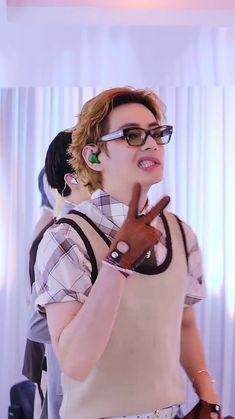 Taehyung Abs, Kim Taehyung Funny, K Pop, King Outfit, Cute Asian Babies, Park Jimin Cute, V Bts Wallpaper, Taekook, Workout Videos