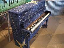 Only in New Orleans will you find a piano covered in Mardi Gras Beads. This was a project, The Louisiana Legends Art Piano, was made by Galeria Alegria to benefit Tipitina's Foundation, a local charity. Painted Pianos, Bonnie Raitt, Piano Art, Mardi Gras Beads, New Orleans Homes, Piano Cover, Piano Lessons, Mosaic Glass, Stained Glass