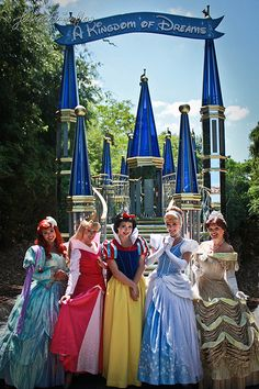 Ariel from The Little Mermaid, Aurora from Sleeping Beauty, Snow White, Cinderella, & Belle from Beauty and the Beast. Parc Disneyland, Disneyland Princess, Cinderella Princess, Princess Belle, Princess Aurora, Disney Magic, Disney Pixar, Walt Disney, Disney Theme