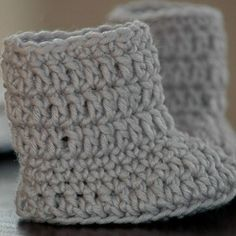 crochet baby boots Looking for a quick, fun, and incredibly cute crochet project for babies? This free baby boots crochet pattern is super easy and fun to work up. The Ma Crochet Baby Boots Pattern, Crochet Baby Shoes, Crochet Baby Booties, Crochet Slippers, Baby Bootees, Crochet Baby Blanket Beginner, Easy Crochet, Free Crochet, Irish Crochet