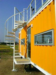 gewundene treppe orange fassade metall containerverschiffung außenbereich