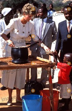 Princess Diana Namazuva Primary School Child Feeding Scheme 07-12-1993 Zimbabwe Tour Photo by Dave Chancellor-alpha-Globe Photos