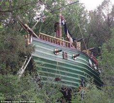 Shiver me timbers! Heartless scallywags plunder man's PIRATE SHIP tree house built for his granddaug Cubby Houses, Fairy Houses, Play Houses, Wood Playhouse, Cool Tree Houses, Tiny House Living, House Built, In The Tree, Outdoor Fun