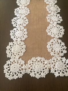 Çuval bezi ve dantel Annie's Crochet, Crochet Dollies, Crochet Mandala, Crochet Home, Filet Crochet, Crochet Table Runner, Burlap Table Runners, Quilted Table Runners, Doilies Crafts