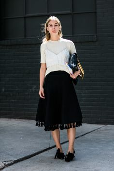 PE2017 street style new york fashion week printemps ete 2017 /// black skirt+black shoes and bag+white strec t-shirt+ white other nuance top