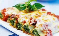 The full pasta sauce: Baked CANNELLONI filled with RICOTTA and SPINAT - Cannelloni with ricotta and spinach: instead of pine nuts with walnuts. Green Bean Recipes, Veggie Recipes, Pasta Recipes, Vegetarian Recipes, Cooking Recipes, Healthy Recipes, Cake Recipes, Good Food, Vegetarian