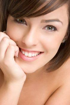 La mesoterapia es un tratamiento de rejuvenecimiento facial a base de vitaminas y aminoácidos. Cualquier persona, preferiblemente mayor de 25 años, puede someterse a una mesoterapia, la misma no tiene efectos secundarios y ayuda a reducir las líneas de expresión.