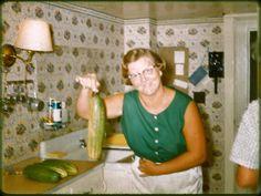 Vintage Snapshot: Woman in Kitchen with Giant Cucumber ~ 16 Funny Family Photos Funny Family Photos, Vintage Family Photos, Vintage Photographs, Vintage Images, Vintage Photos Women, Vintage Pictures, Vintage Magazine, Awkward Photos, Family Humor