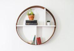 DIY! Byg din egen cirkelhylde Find din indre handyman frem og lav en rund hylde med to slags træ. Hylden kan med fordel hænge sammen med andre vægdekorationer og billeder som en del af en større billedvæg. I mindre rum kan den bruges fra bogreol til smykke- og makeuphylde. Byg din egen cirkelhylde | Boligmagasinet.dk
