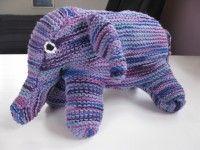 Hvem kan modstå dette nuttede og bløde tøjdyr med det frække smil? Man skal kun bruge 200 g blødt uldgarn og lidt tid og tålmodighed til at skabe det. Elefanten er strikket i perlestrik, og du kan lave den på en weekend. Læs mere ... Diy Baby, Baby Knitting, Baby Blue, Dinosaur Stuffed Animal, Smil, Toys, Crochet, Animals, Amigurumi