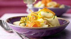 Nudeln wie auf Sizilien: Safran, Orange und Marsala geben Aroma: Möhren-Pasta mit Sultaninen und Zwiebeln | http://eatsmarter.de/rezepte/moehren-pasta