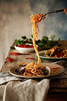 """Spicy Spaguetti Vongole ----Hoy nos zampamos unos espaguetis vongole con salsa arrabiata Think Food, Love Food, Food Photography Styling, Food Styling, Photography Ideas, Amazing Food Photography, Food Design, Food Porn, Gastronomia"