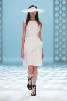 Chayalan – Entschleunigung und Sinnlichkeit sind die beiden Stichworte, mit denen sich die Trendfarbe Weiß im Frühjahr wohl am besten beschreiben lässt. Die schönsten Trends vom Laufsteg gibt es hier zu sehen.