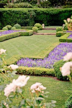 Combine bux and lavendel right this way Formal Gardens, Outdoor Gardens, Landscape Design, Garden Design, Porches, Dream Garden, Garden Planning, Hedges, Backyard Landscaping