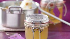 Blüten für dein Brot: Holunderblüten-Gelee mit Mandelblättchen | http://eatsmarter.de/rezepte/holunderblueten-gelee