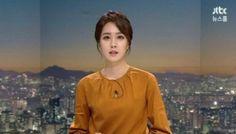 """JTBC '뉴스룸' JTBC '뉴스룸'이 연일 최고시청률을 경신한 가운데 '뉴스룸의 얼굴' 안나경(27) 아나운서에 대한 관심도 높아지고 있다. 안 아나운서는 손석희 앵커와 함께 평일 '뉴스룸'을 진행 중이다. 숙명여자대학교 정보방송학과를 졸업한 안나경 아나운서는 2014년 3월 JTBC 아나운서로 입사했다. SNS에서는 안 아나운서가 JTBC 최종 면접에서 했던 '결정적 발언'이 관심을 모으기도 했다. 'JTBC 새 얼굴' 안나경 아나운서 """"친근한 목소리로 소통의 매개체 되겠다""""isplus.live.joins.com 지난 2월 26일, JTBC 신입 아나운서를 뽑는 최종 면접에는 총 11명(남자 2명, 여자 9명)의 지원자가 남아있었다. 잔뜩 긴장한 이들에게 손석희 JTBC 보도부문 사장이 던진 질문은 """"이번 JTBC 아나운서 시험에서 떨어지면 일간스포츠 인터뷰에 따르면 안 아나운서는 JTBC 최종 면접 당시 손석희 보도부문 사장에게 이런 질"""