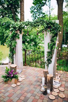 Rustikaler Hochzeitsbogen mit Baumstamm Deko #holzdeko #hochzeit #traubogen The Thing Is, Patio, Table Decorations, Outdoor Decor, Plants, Pictures, Wedding, Home Decor, Missouri