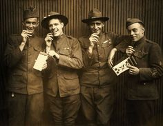 Soldados de la Primera Guerra Mundial comiendo chocolate. / WWI Soldiers Eating Maillards Eagle Sweet Chocolate. © Underwood/Corbis