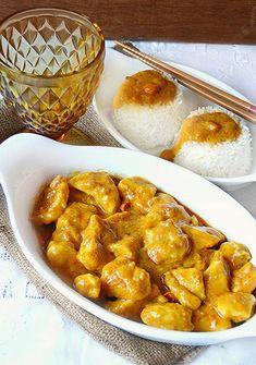 Oggi vi presento una ricetta molto conosciuta e apparezzatasoprattutto da chi amai piatti della cucina etnica ovvero il pollo al curry e latte di cocco,una ricetta esotica originaria dell'India la