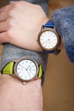 """Sissy & Max ist die junge, außergewöhnlich trendige Uhrenkollektion by Waidzeit Austria. Die Damenmodelle aus Walnussholz & Lederarmband sind in verschiedenen frischen Farben erhältlich. Ein besonderes Highlight sollte Ihnen natürlich nicht vorenthalten bleiben: die Kupferveredelungen an Zifferblatt, der Krone und auf der Rückseite des Uhrendeckels, diese machen die Uhr zeitlos schön. Damit trägt """"Sie"""" das absolut Richtige Accessoire für die Sommerzeit."""