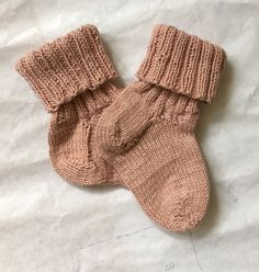 Baby alpe hue i alpaka uld Knitting For Kids, Baby Knitting Patterns, Knitting Socks, Knitting Projects, Crochet Pattern, Knit Crochet, Baby Barn, Brazilian Embroidery, Wrist Warmers