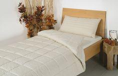 """Die Hanf-Duo-Bettdecke """"Canapa"""" mit einer Füllung aus 70% Hanf und 30% GOTS-Baumwolle/kbA eignet sich perfekt für Allergiker oder Menschen, die eine Decke ohne Tierfasern bevorzugen. Die natürliche Hohlfaser Hanf schließt Luft ein und kann dazu viel Flüssigkeit aufnehmen, ohne schlecht zu riechen. Die Decke bietet ein hohes Maß an Atmungs-Aktivität und ein sehr gutes Feuchtigkeits-Management. Auch ideal für Menschen, die nachts oft schwitzen."""