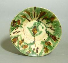 coupe tronconique en céramique à engobe crème, à décor sgraffiato rehaussé de coulées vertes et brunes.  (Restaurations) Iran (Nishapour) 10è siècle  Diam.26 cm