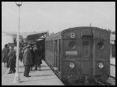 Ο ξύλινος συρμός στον σταθμό Ηρακλείου, λίγο μετά τα εγκαίνια του, την άνοιξη του 1957. (Φωτογραφία Ηνωμένων Φωτορεπόρτερς) | by Dionysis Anninos Old Trains, Public Transport, Historical Photos, Athens, Old Photos, Greece, The Past, Explore, History